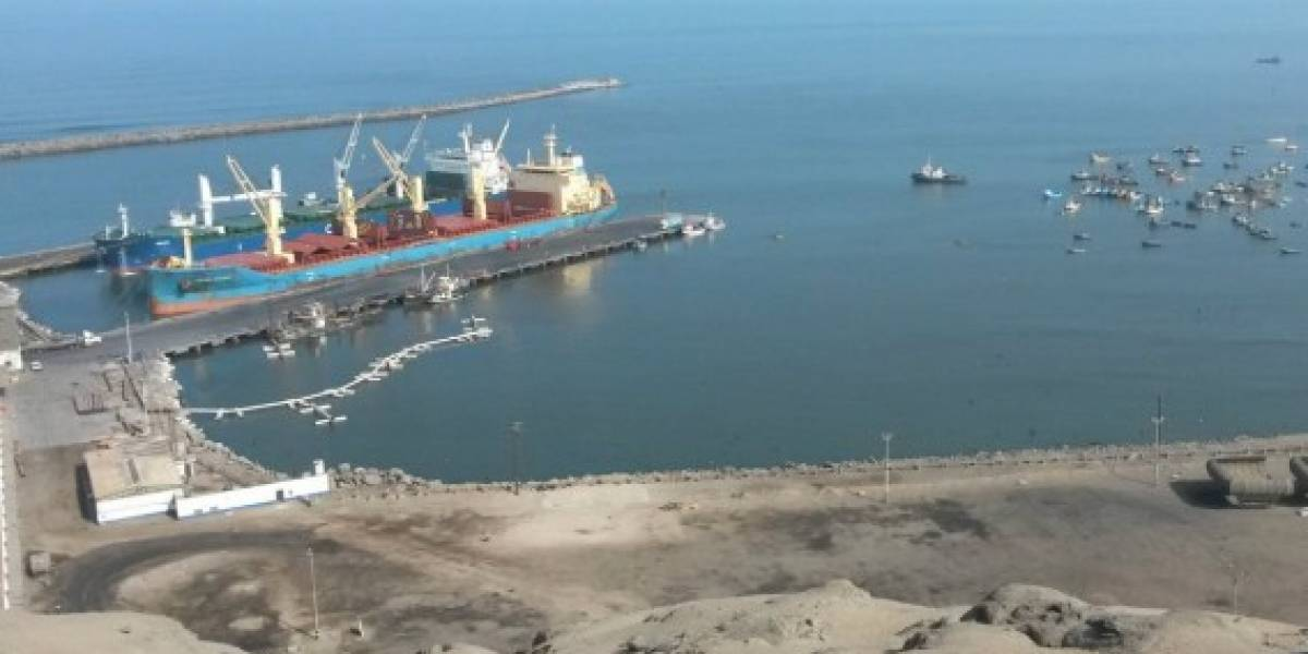 Cierran puertos en Perú tras desborde del mar y sismos continúan