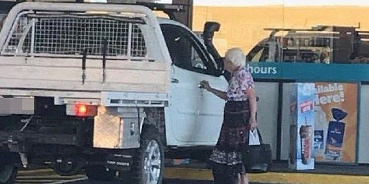"""""""Esto es algo que te hace creer en la Navidad"""": hombre paga las compras de una anciana porque extraña a su fallecida abuelita"""