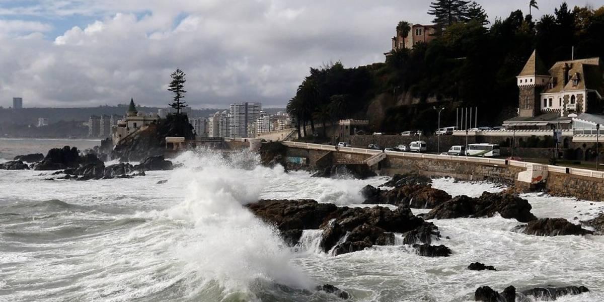 Marejadas peligrosas forzaron cierre de la Avenida Perú en Valparaíso: se registraron olas de 2 metros