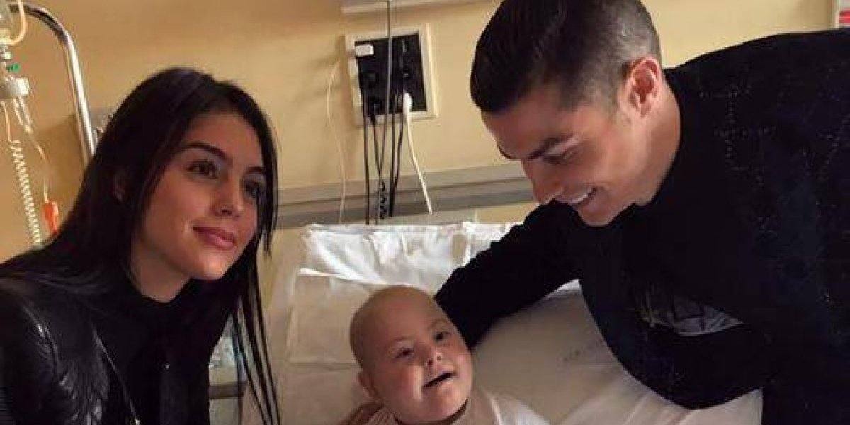Cristiano Ronaldo entrega regalos en un hospital infantil de Turín