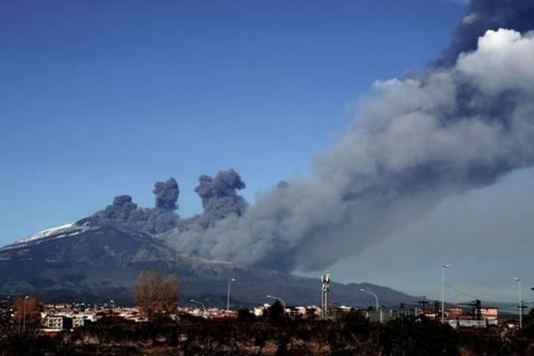 Italia: El Etna entra en erupción con explosiones y emisión de gases