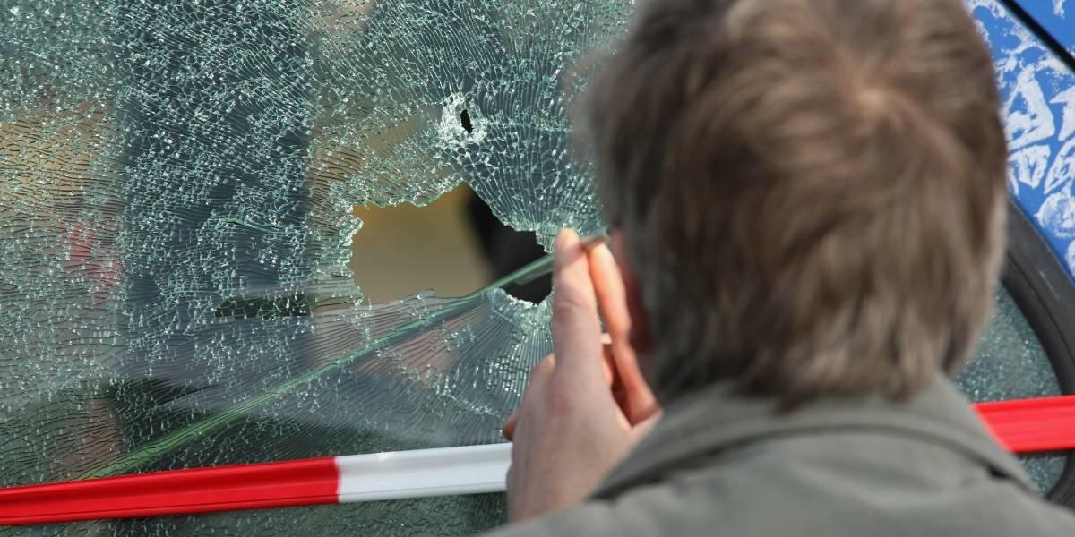 Cayó en su propia trampa: Ladrón tiene que llamar a la policía para salir del auto que él mismo robó
