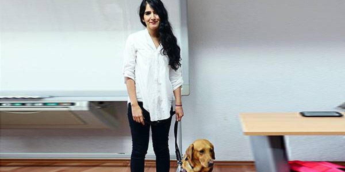 Se 'titula' perro-guía en la Facultad de Filosofía de la UNAM