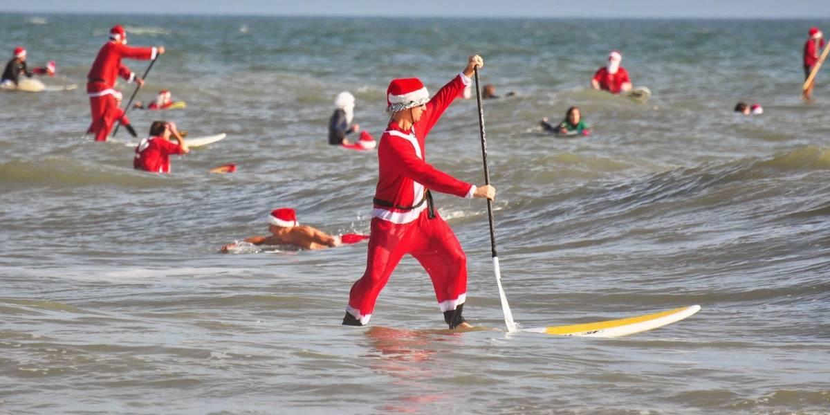 Cientos de Santas surfean en una playa de Florida