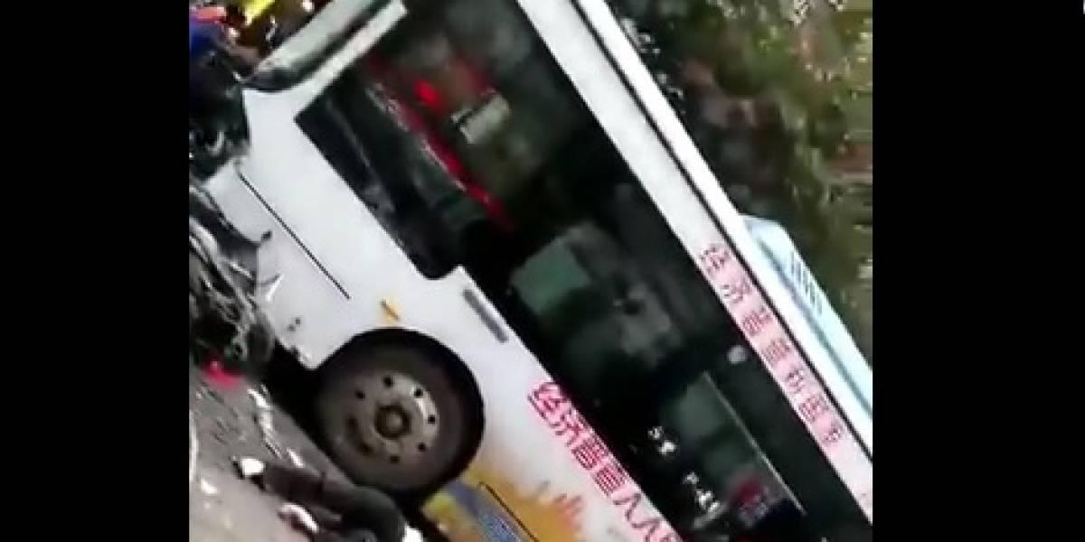 Homem lança ônibus contra pedestres e mata 5 na China