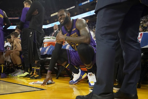 El astro de los Lakers no pudo terminar el partido / imagen: AP