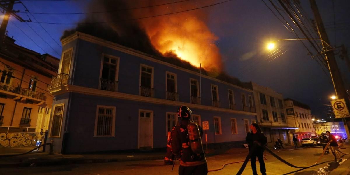 Incendio destruyó conocido motel en el centro de Valparaíso: pareja fue evacuada