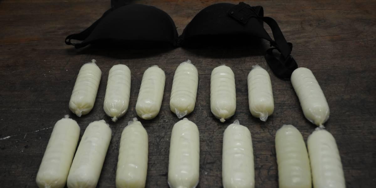 PF prende mulher tentando embarcar com camisinhas de cocaína no sutiã