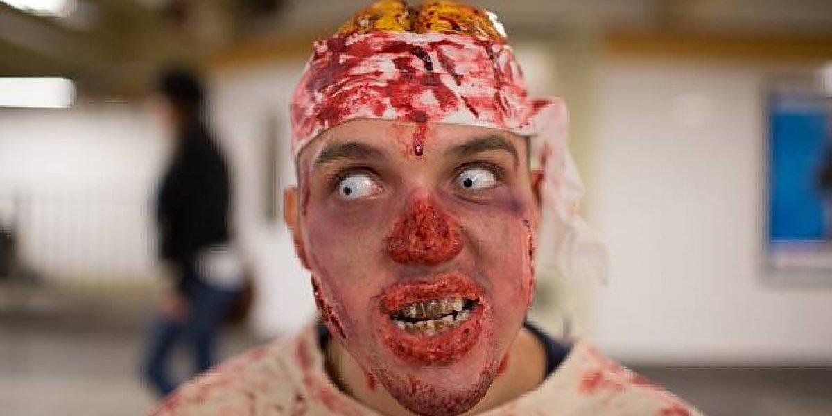 Estremecedor video de un zombie queriendo entrar a una casa