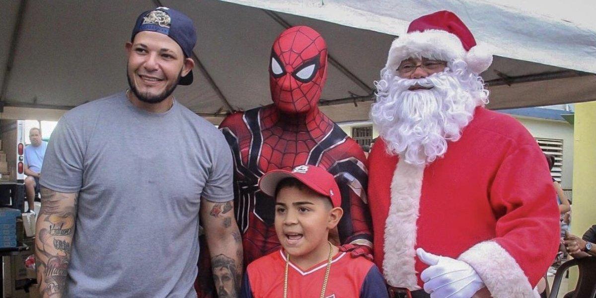 Yadier Molina reparte juguetes con su familia en Dorado
