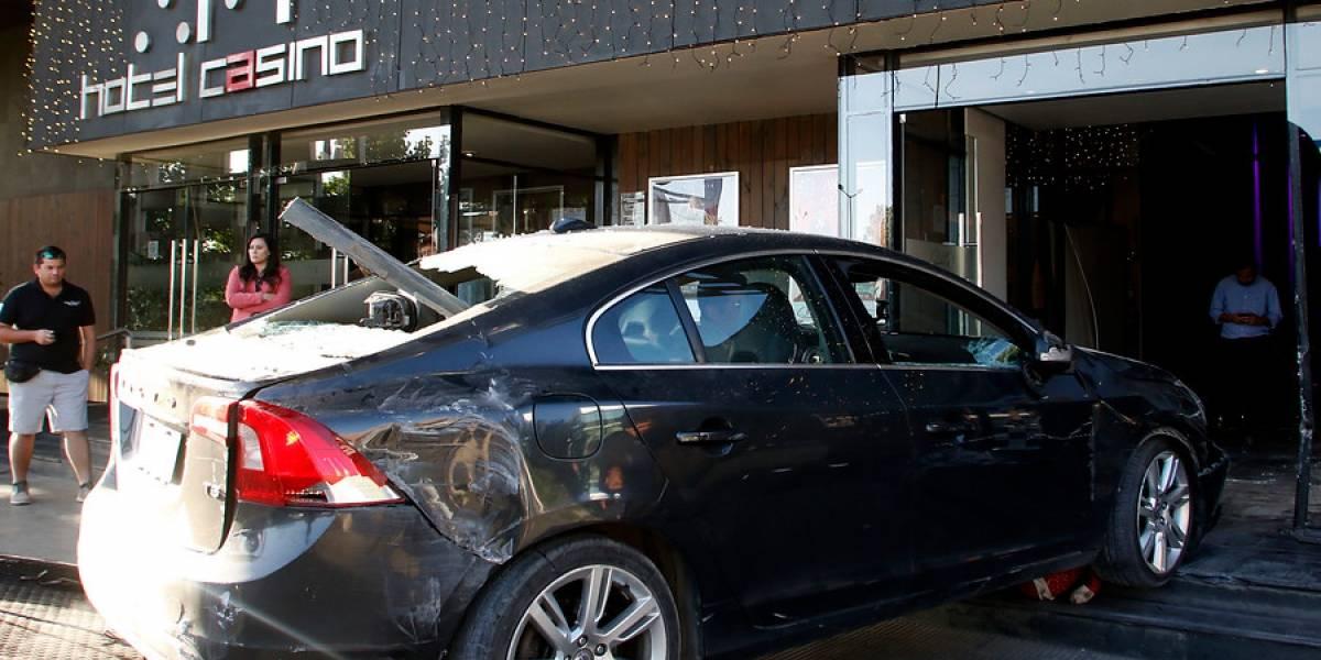 Jornada de furia de padre e hijo: terminaron chocando su auto contra el casino de Talca