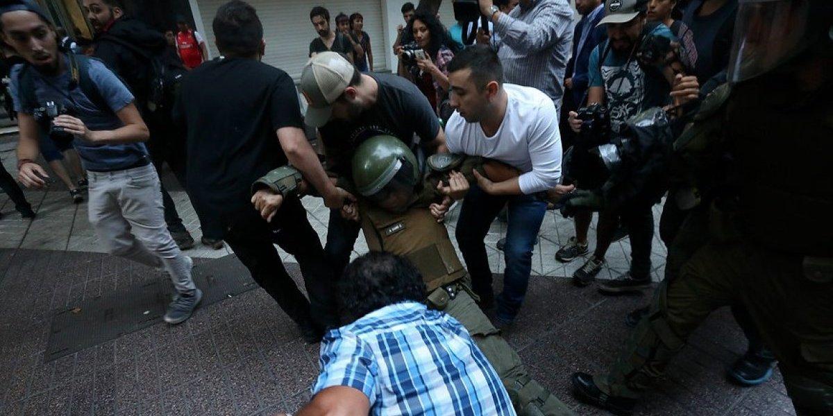 Fuertes enfrentamientos en Paseo Ahumada: agreden a carabineros en medio de protesta por caso Catrillanca