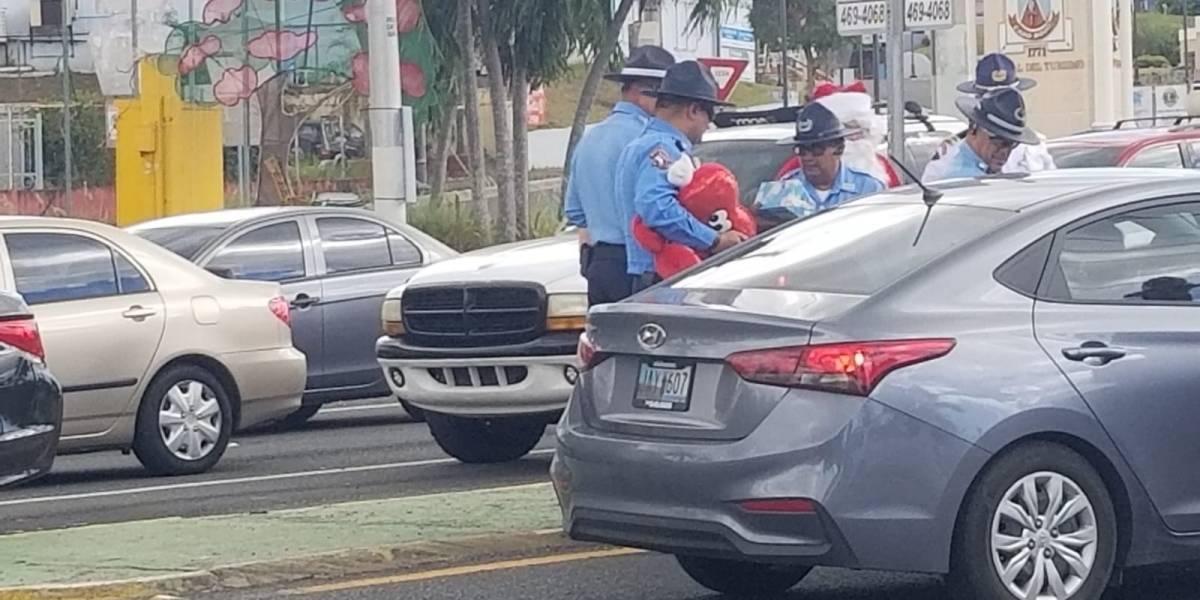 Policías detienen familias para entregarles regalos en Navidad