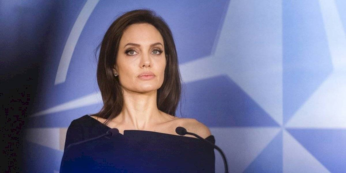 Angelina Jolie se pasea sin sostén en París mostrando un rostro más feliz