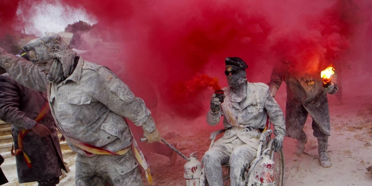 España realiza festival anual de guerra de huevos y harina