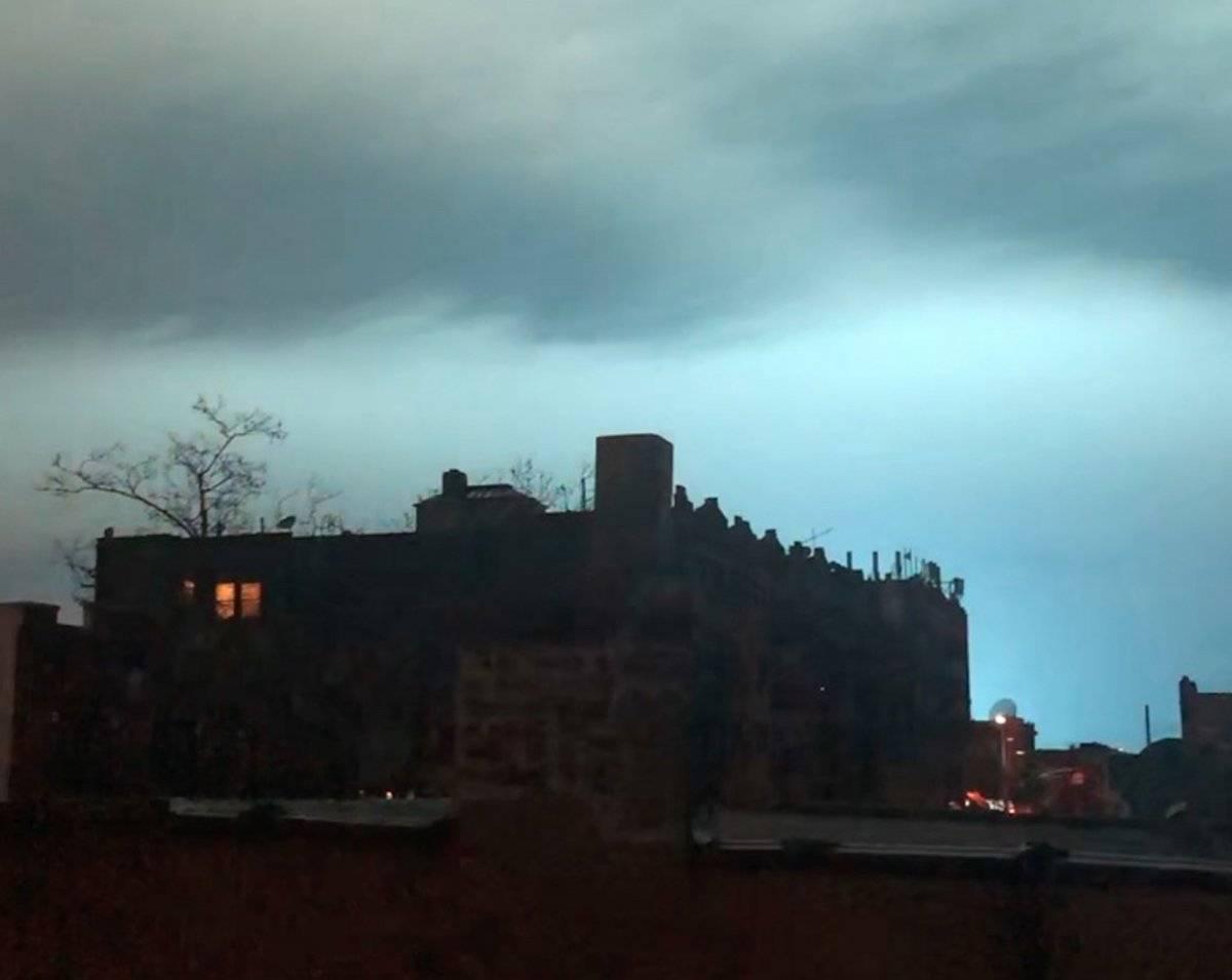 Cielo azul en Nueva York por estallido de un transformador. AP