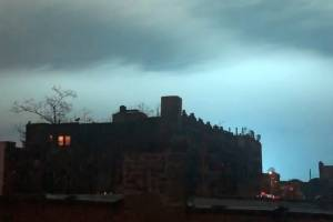 Cielo azul en Nueva York por estallido de un transformador.