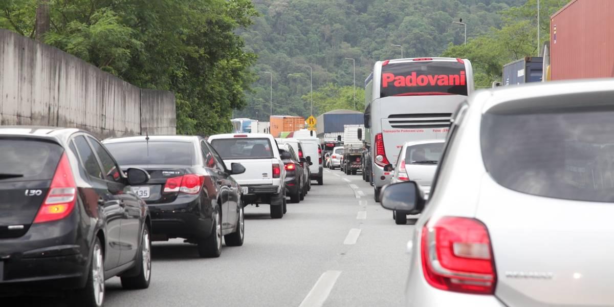 Saídas de São Paulo já têm tráfego lento