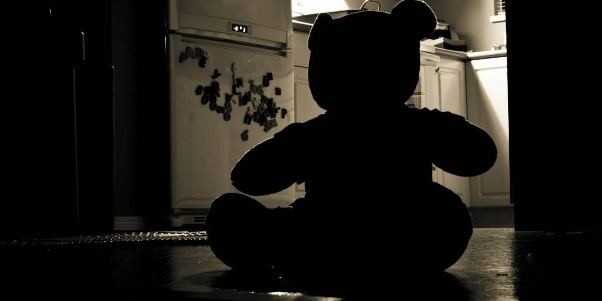 Mãe encontra filha de 5 anos morta ao lado de urso de pelúcia; pai é suspeito de assassinato
