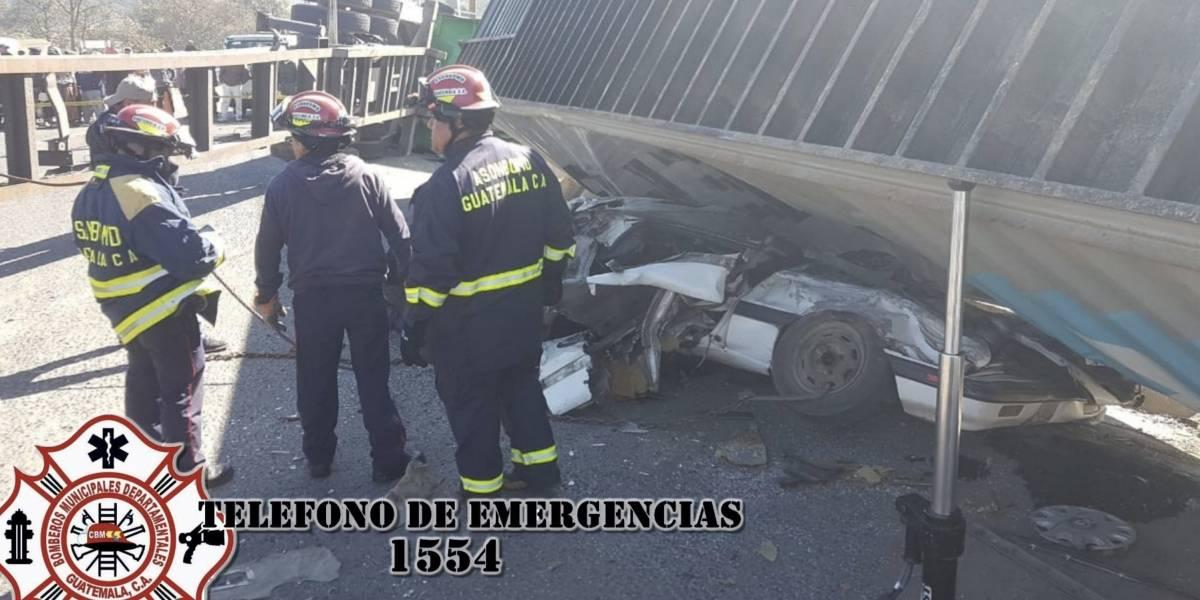Familia muere en Salcajá luego de que tráiler aplastara su automóvil