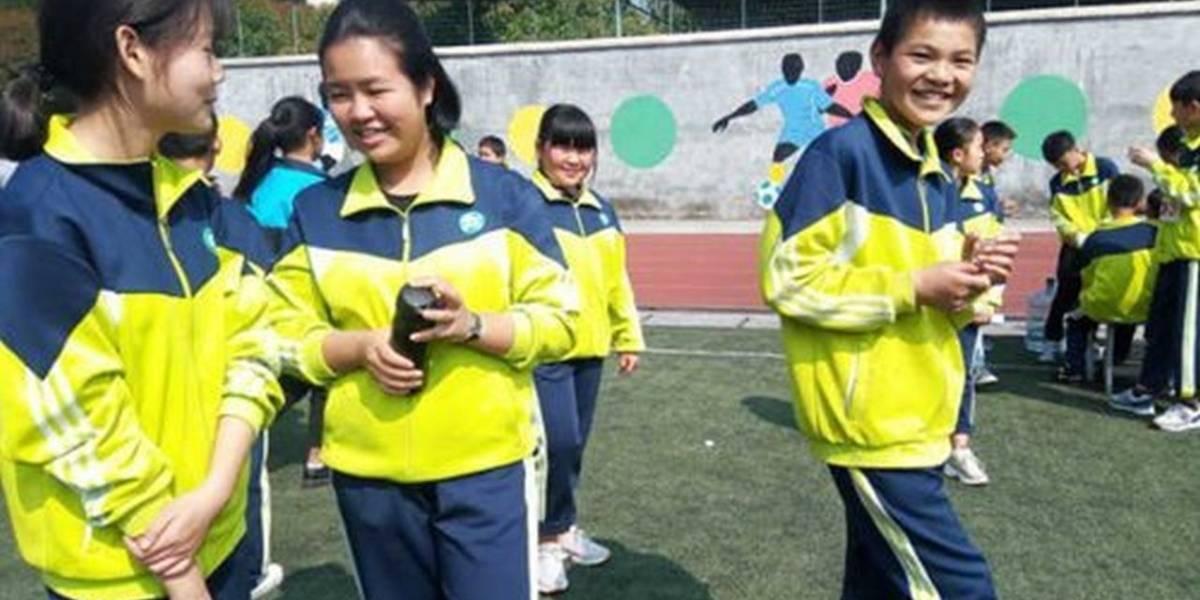 Escuelas de China están usando uniformes inteligentes para rastrear la ubicación de sus alumnos