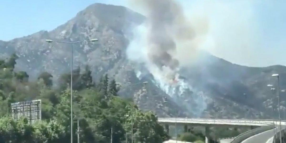 Incendio en cerro Manquehue se extiende por siete horas y moviliza a bomberos y Conaf