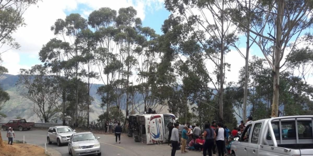 Al menos diez heridos tras accidente de bus en Loja
