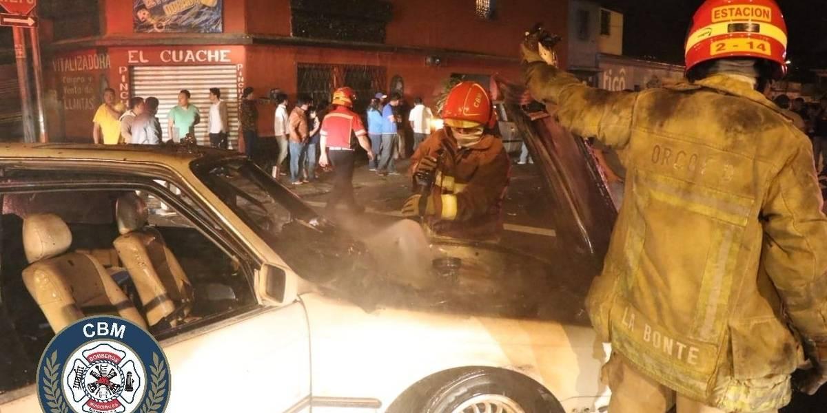 Vehículo particular y taxi chocan en zona 12; pilotos huyen del lugar