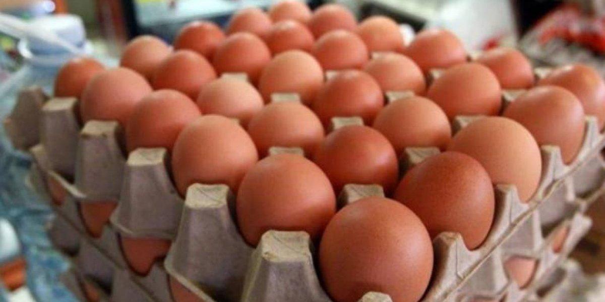 Mujer casi queda ciega cuando le explotó en la cara un huevo que cocinó en el microondas