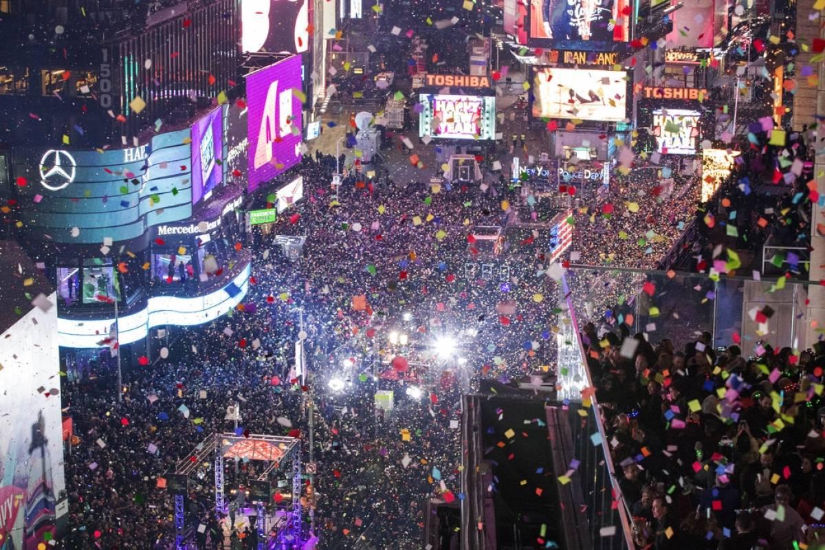 La gente celebra el inicio de un nuevo año en Times Square, Nueva York. Foto: AP