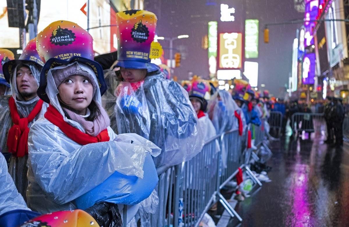 Foto: Una multitud desafía a la lluvia en Times Square en Nueva York, el lunes 31 de diciembre de 2018, para recibir el Año Nuevo AP