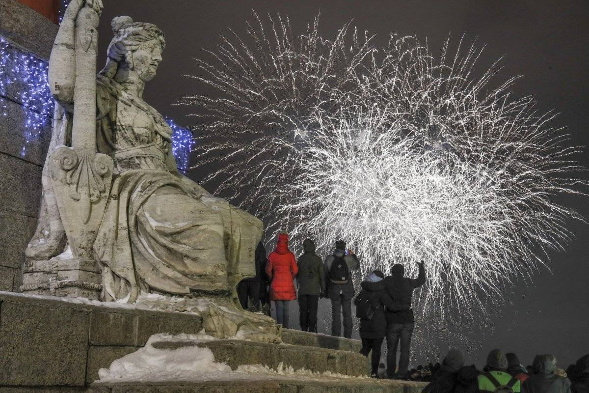 Foto: Varias personas observan los fuegos artificiales durante los festejos por el Año Nuevo en el centro de San Petersburgo, Rusia AP