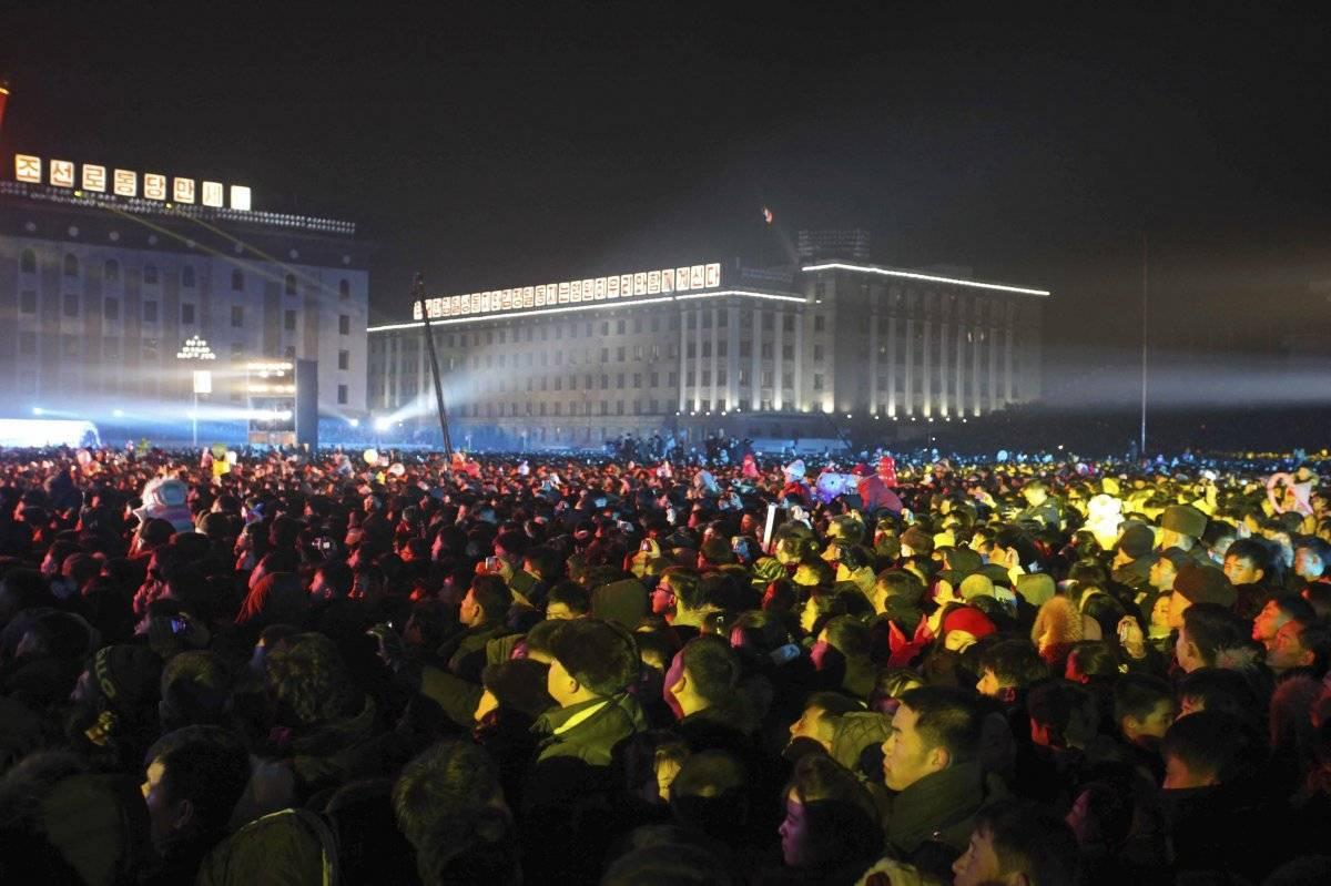 Foto: Una multitud se reúne para un espectáculo por el Año Nuevo en la plaza Kim Il Sung en Pyongyang, el martes 1 de enero de 2019 AP