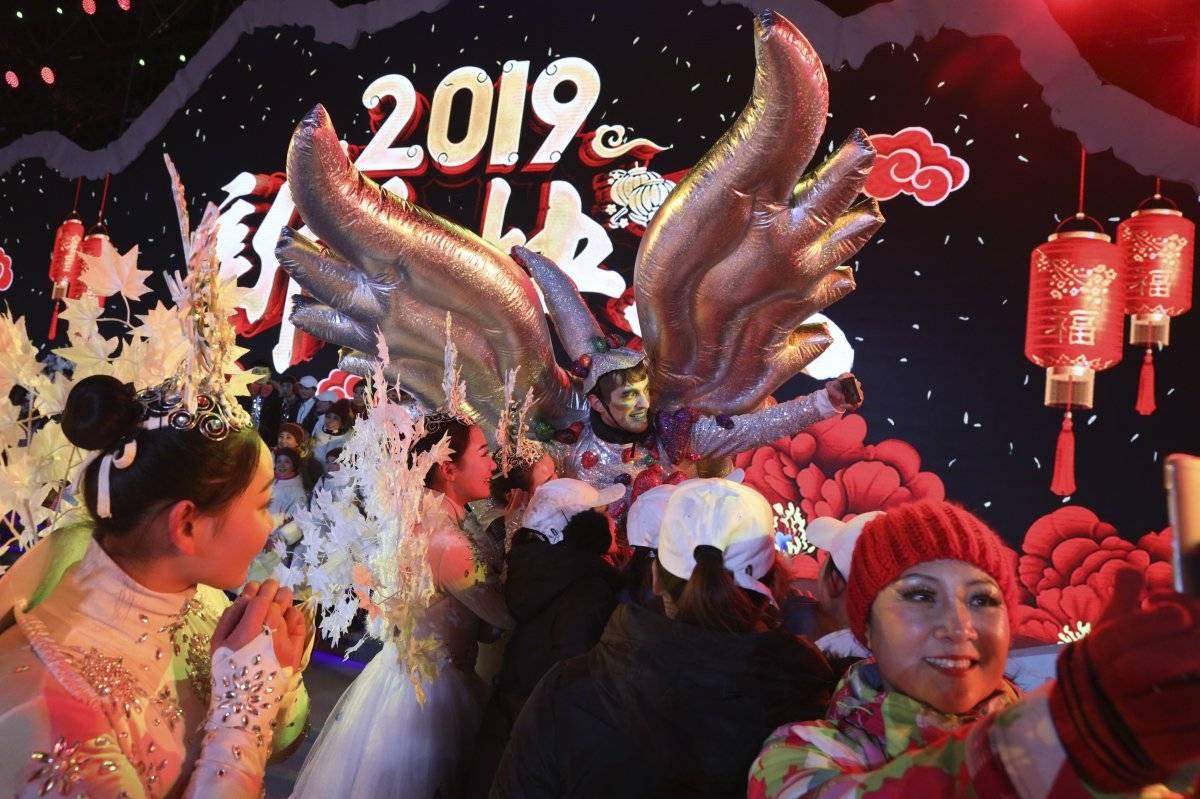 Foto: Varios actores se toman selfies tras concluir una cuenta regresiva en un evento por el Año Nuevo en Beijing, China AP