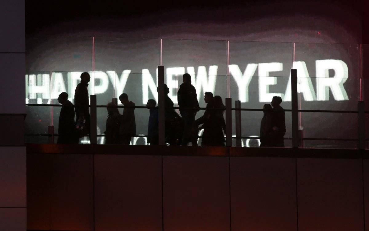 Foto: Varias personas caminan por un puente peatonal durante un festejo por el Año Nuevo en Las Vegas AP