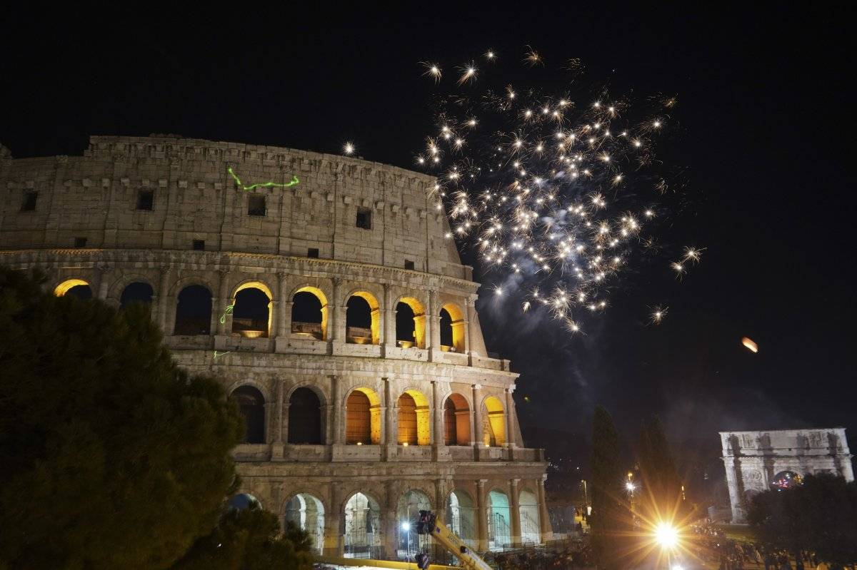Foto: Fuegos artificiales iluminan el cielo sobre el Coliseo en los festejos por el Año Nuevo, en Roma AP