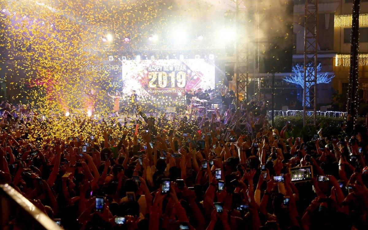 Foto: Una lluvia de confeti cae sobre los juerguistas en el centro comercial Eastwood que reciben el Año Nuevo, el martes 1 de enero de 2019, en Ciudad Quezon, Filipinas AP