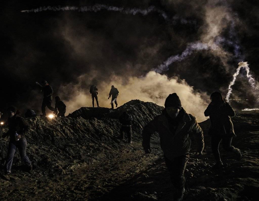 Estados Unidos lanza gas lacrimógeno a migrantes