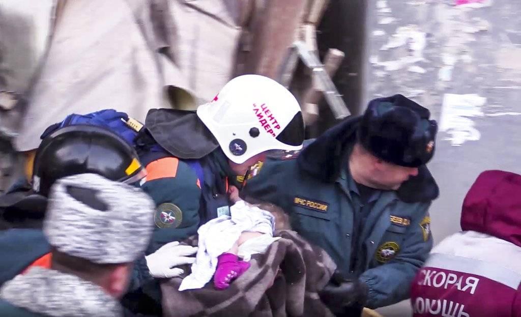Rescatan a bebé entre escombros
