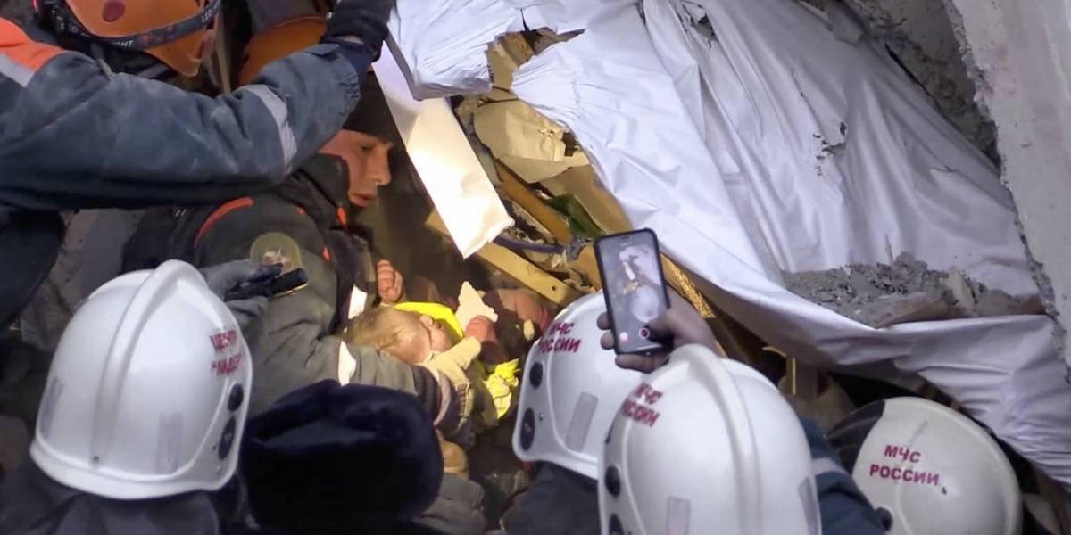 VIDEO. Hallan vivo a bebé tras 35 horas bajo escombros en Rusia