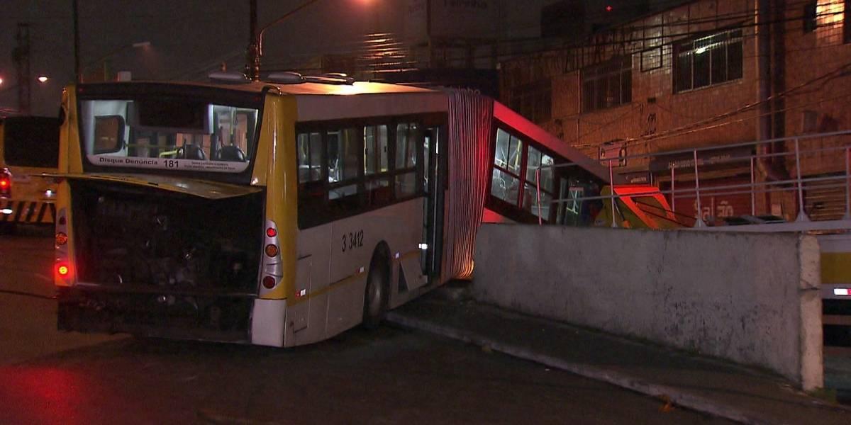 Ônibus perde o controle e fica pendurado em viaduto do centro de São Paulo