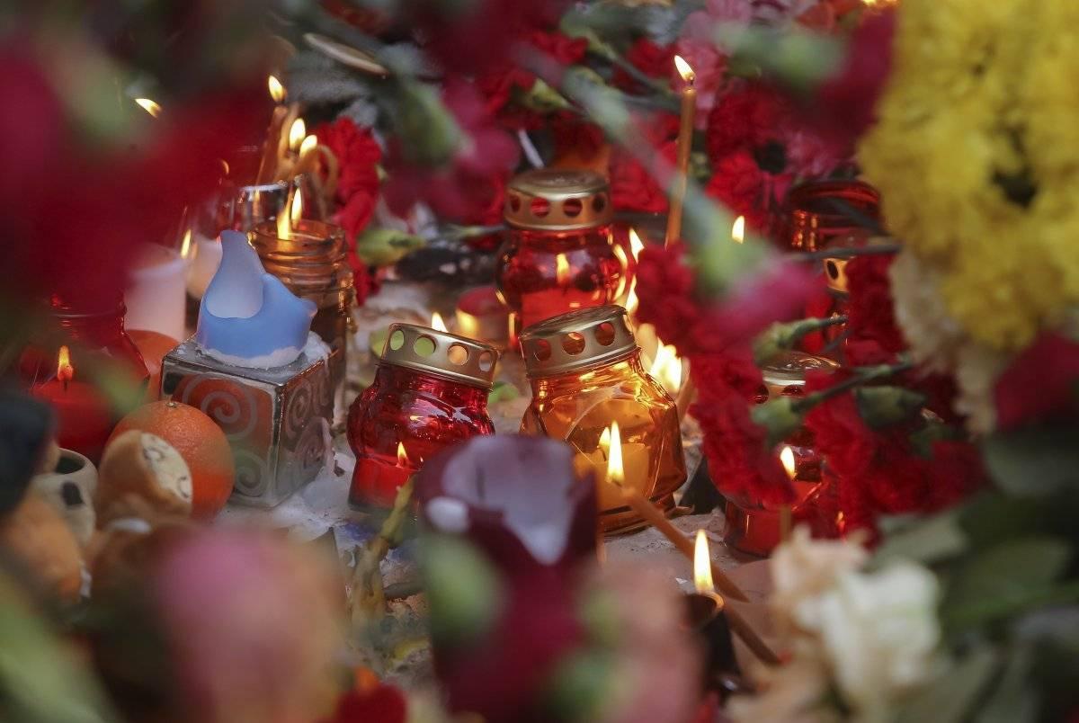 Velas y flores recuerdan a las víctimas del derrumbe de un edificio en Magnitogorsk, una ciudad de 400.000 habitantes a unos 1.400 kilómetros (870 millas) al suroeste de Moscú, Rusia, el 2 de enero de 2019. AP: Maxim Shmakov