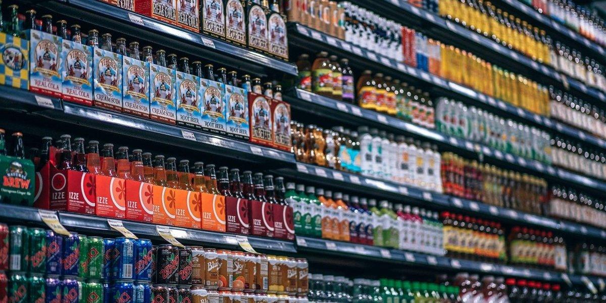 Beber refrigerante pode causar doenças crônicas no rim, diz estudo