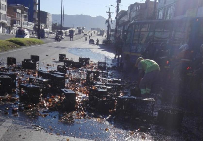 Camión de cerveza que se volcó causa monumental trancón en el sur de Bogotá