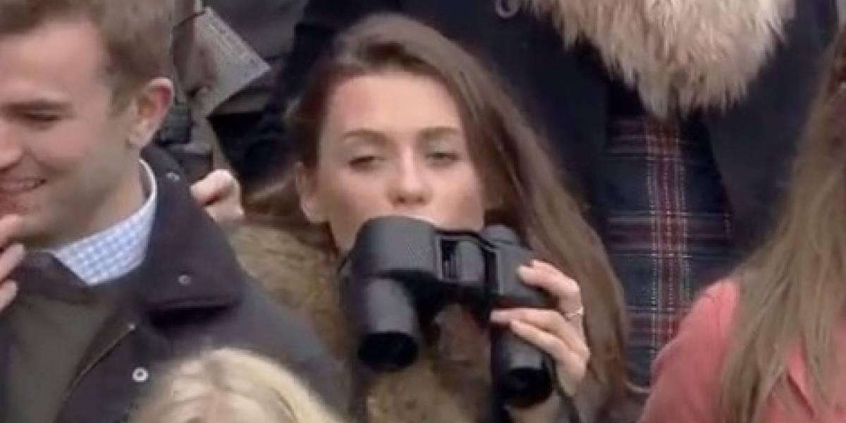 """Joven se hace viral tras ser captada bebiendo con la """"mejor y más camuflada"""" botella de la historia"""