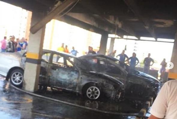 Dos carros se incendiaron en un parqueadero en Barranquilla