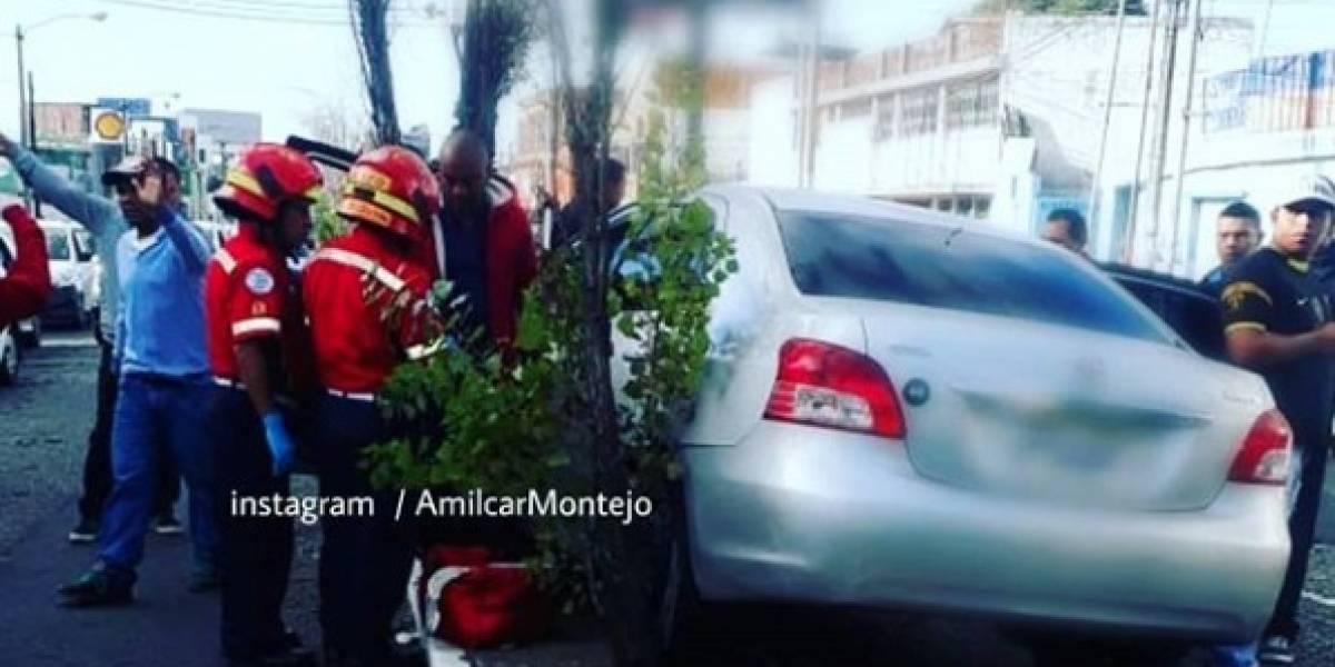 Por problemas de salud, pierde el control de su vehículo y choca contra árboles