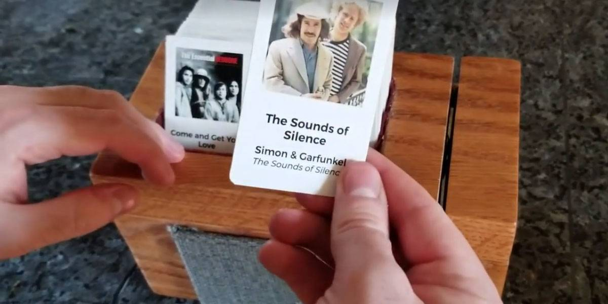 Supera esto Apple: una rocola casera que funciona con tarjetas deslizables