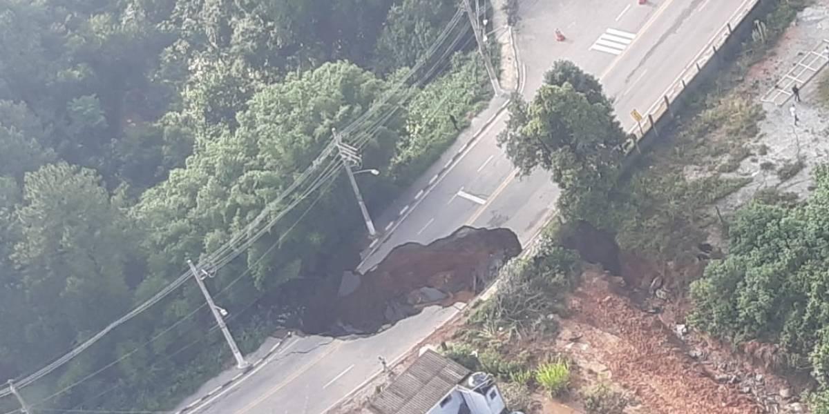 Crateras se abrem e interditam vias em Santana de Parnaíba
