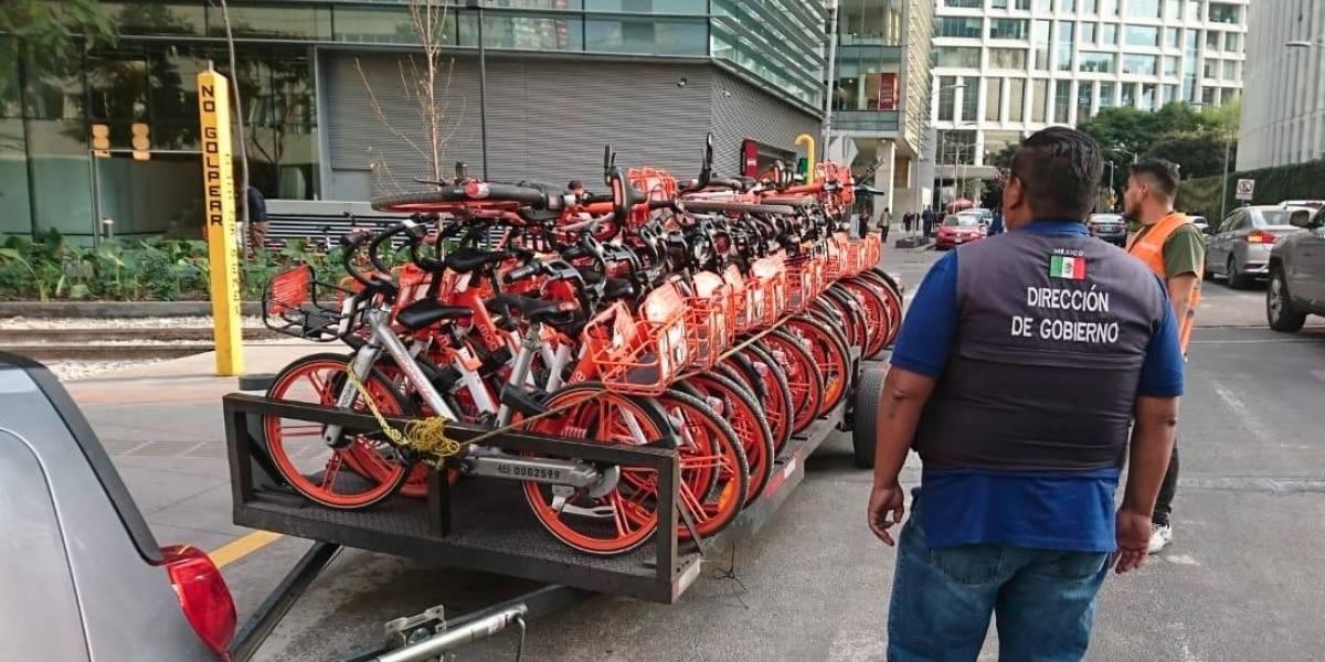 Retiran bicicletas y patines del diablo por estorbar pasos peatonales en la Miguel Hidalgo